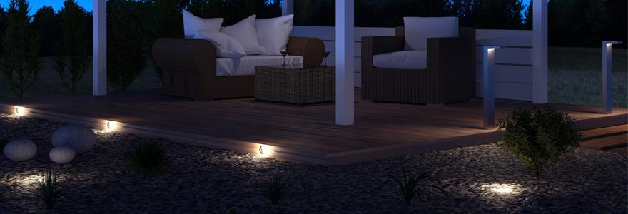 Terrasse design éclairée de nuit par des spots LED extérieurs encastrables